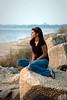Jeune femme posant sur la plage.