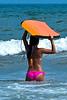 Jeune femme en maillot à la mer.