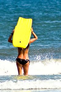 Jeune femme allant surfer.