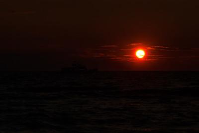 Bateau sur la mer à la brunante.