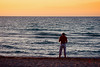 Homme au bord de la mer à Cuba.