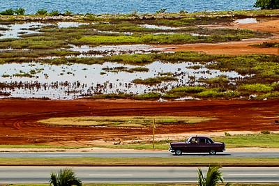 Auto sur la route à Varadero, Cuba.