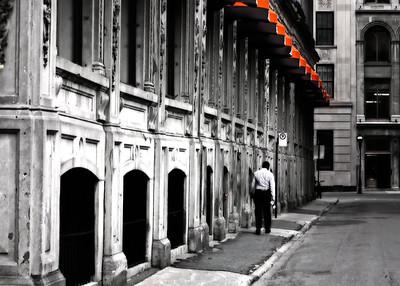 Personne marchant seul en ville.