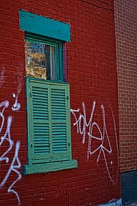 Fenêtre avec persiennes.