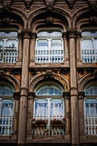 Fenêtres en arches.