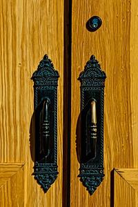 Poignée sur des portes anciennes.