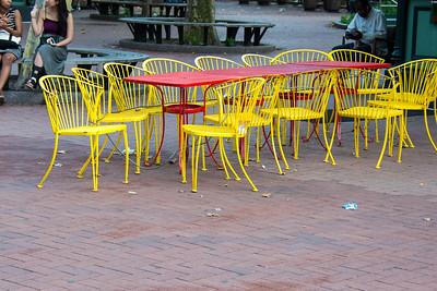 Tables et chaises colorées.