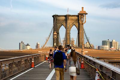 Passants sur le Brooklynn Bridge.