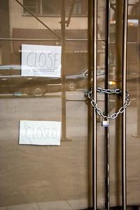 Affiche «close/closed» d'un commerce.