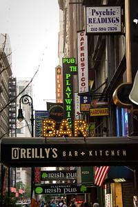 Affiches de commerces à Manhattan.