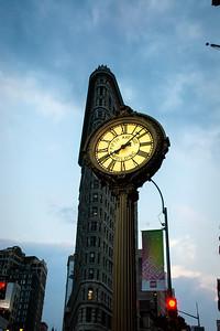 Horloge devant le Flatiron building.