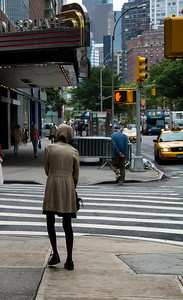 Femme sur le trottoir.