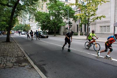 Cyclisme et patin en ville.