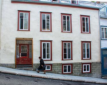Maisons dans une rue en pente.