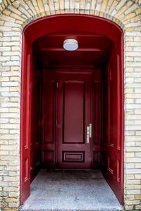 Porte rouge.