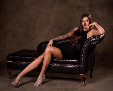 Femme aux jolies jambes sur un récamier.