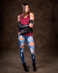 Jolie fille en jeans et bottes.