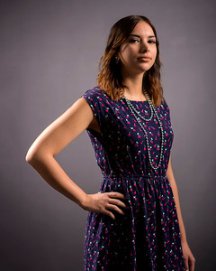 Jeune femme en robe d'été.
