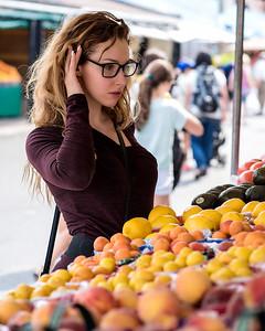 Femme au marché public.