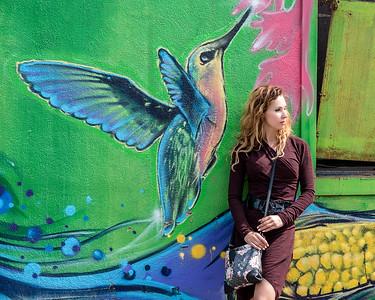 Jeune femme devant un graffiti.