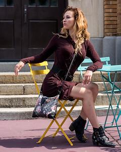 Jolie femme sur une terrasse.