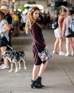 Jeune femme au marché.
