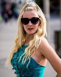 Jolie blonde avec verres fumés.