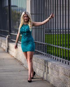 Modèle en robe turquoise.