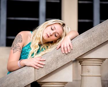 Demoiselle blonde à une rampe d'escalier.