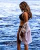 Jolie fille de profil au bord d'un lac.