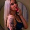 Jolie blonde posant en lingerie.
