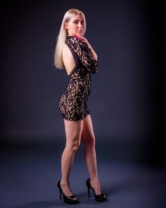 Jolie blonde en talons hauts.