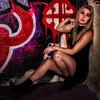 Jeune femme sur un mur de garffiti.