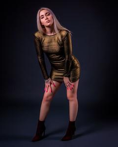 Jolie modèle en robe courte dorée.