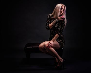 Jolie femme sur un banc.