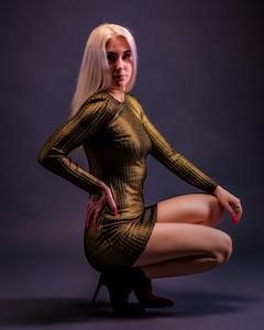 Jolie blonde en robe dorée.