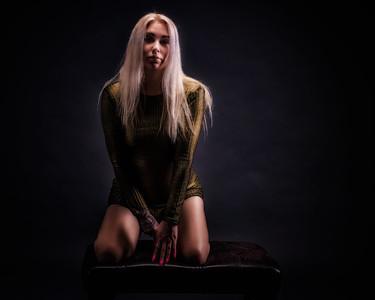 Jolie blonde en studio.