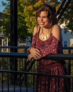 Jolie jeune femme en robe rouge.