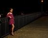 Jolie femme sur un pont.