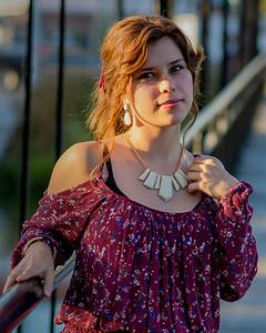 Jolie jeune femme en robe élégante.
