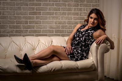 Jolie femme sur un canapé blanc.