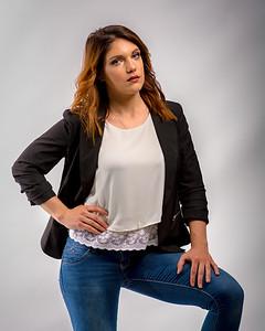 Femme en jeans et veston.