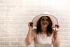 Jolie femme au chapeau blanc.