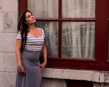 Jeune femme en jupe grise.