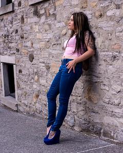 Modèle en jeans et camisole rose.