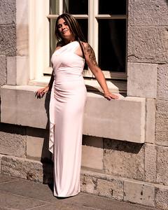 Jolie brunette en robe longue.