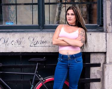 Jeune femme près d'une bicyclette.