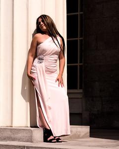 Modèle en robe chic.
