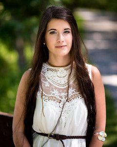 Jeune femme en blanc.