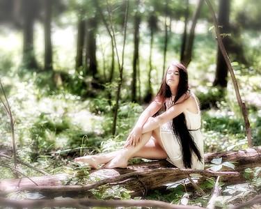 Brunette dans les bois.